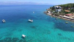 Volando sobre las motoras en la playa arenosa en la isla de Brac, Croacia almacen de video