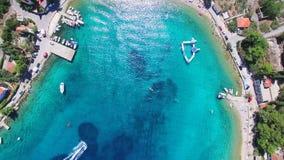 Volando sobre los apartamentos turísticos en la playa arenosa blanca de la isla de Solta, Croacia metrajes