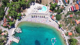 Volando sobre los apartamentos turísticos en la playa arenosa blanca de la isla de Solta, Croacia almacen de video