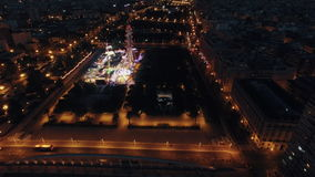 Volando sobre parque de atracciones en la noche Valencia, España metrajes