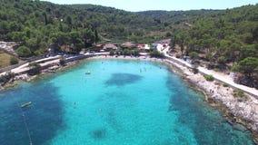 Volando sobre una playa arenosa impresionante en la isla de Brac, Croacia metrajes