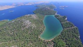 Volando sopra il lago salato famoso sul litorale croato video d archivio