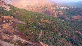 Volando sopra il villaggio in montagne archivi video
