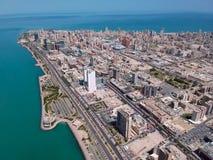 Volando sopra la bella costa della spiaggia di Salmiya nel Kuwait immagine stock