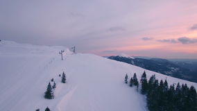 Volando sopra la montagna stock footage