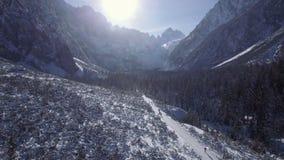 Volando sopra la valle della montagna nell'inverno archivi video