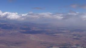 Volando sopra le alte montagne di atlante del Marocco archivi video