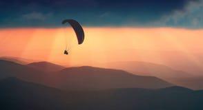 Volando sopra le colline nebbiose Immagine Stock