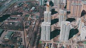 Volando sopra le costruzioni non finite stock footage