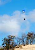 Volando sopra le dune in un aliante di para   Fotografia Stock
