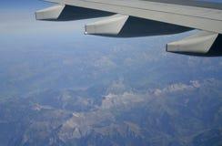 Volando sopra le montagne Immagine Stock