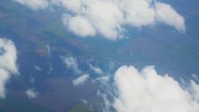 Volando sopra le nubi Alto sopra la terra, vista di occhio di uccelli archivi video