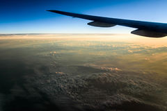 Volando sopra le nuvole all'alba fotografia stock libera da diritti
