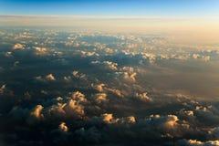 Volando sopra le nuvole all'alba fotografia stock