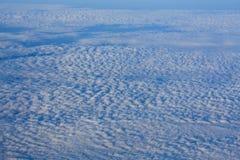 Volando sopra le nuvole bianche stupefacenti fotografia stock libera da diritti