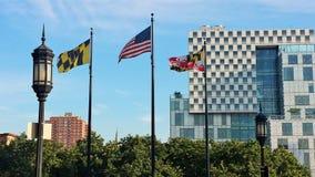 Volando su con le bandiere di Maryland Fotografia Stock