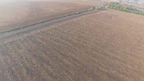 Volando su sopra il terreno arabile con la strada campestre stock footage