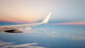 Volando su sopra un cielo nuvoloso blu Fotografia Stock Libera da Diritti