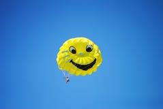 Volando su sul paracadute Fotografia Stock Libera da Diritti