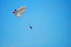 Volando su sul paracadute Fotografie Stock Libere da Diritti