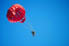 Volando su sul paracadute Immagine Stock
