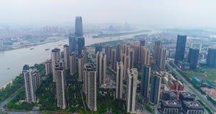Volando su un fuco sopra la grande città cinese del guachzhou, sorvolante gli edifici alti vicino al fiume video d archivio