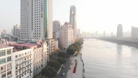 Volando su un fuco sopra la via La strada lungo il fiume intorno ai grattacieli archivi video