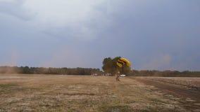 Volando su un paracadute stock footage