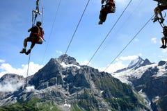 Volando sulla corda nelle montagne svizzere Immagine Stock