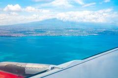 Volando in un aereo dall'isola della Sicilia con il vulcano di Etna fotografia stock