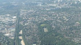 Volando in un aereo sopra paesaggio urbano di Berlino con tutti i parchi e case germany archivi video