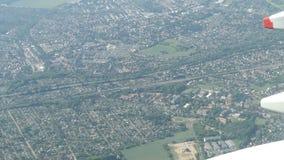 Volando in un aereo sopra paesaggio urbano di Berlino con tutti i parchi e case germany video d archivio