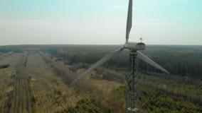 Volando in un arco di singolo generatore eolico con un'elica tre-a lame girante video d archivio