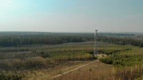 Volando in un arco di singolo generatore eolico con un'elica tre-a lame girante archivi video