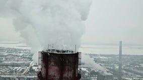 Volando vicino ai tubi della pianta del fumo Inquinamento ambientale Rilevamento aereo archivi video