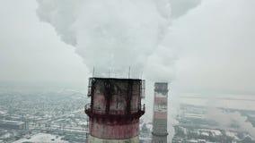 Volando vicino ai tubi della pianta del fumo Inquinamento ambientale Rilevamento aereo stock footage