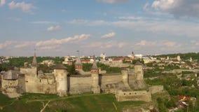 Volando vicino al complesso medievale della fortificazione archivi video