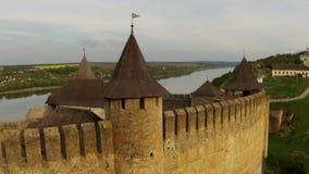 Volando vicino al complesso medievale della fortificazione stock footage