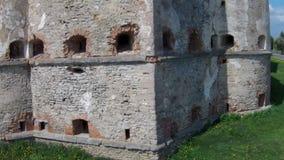 Volando vicino alla fortezza medievale stock footage