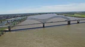 Volant à Memphis, le Tennessee Le fleuve Mississippi et district des affaires à l'arrière-plan banque de vidéos