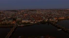 Volant au-dessus d'égaliser Prague, République Tchèque clips vidéos