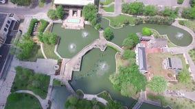 Volant au-dessus de Louis Armstrong Park à la Nouvelle-Orléans, la Louisiane Objet guidé Région de quartier français banque de vidéos
