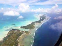 Volant au-dessus de Tarawa du nord, le Kiribati images stock