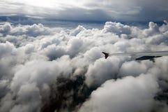 Volant au-dessus des nuages dans un avion, aile de l'Airbus Photographie stock libre de droits