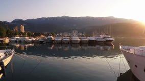 Volant au-dessus des yachts dans la marina à l'aube dans Budva, Monténégro banque de vidéos