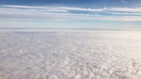 Volant au-dessus du cirrus et des cumulus, vidéo banque de vidéos