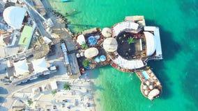 Volant au-dessus du clubbing des jeunes sur la plage de zrce, île de PAG banque de vidéos