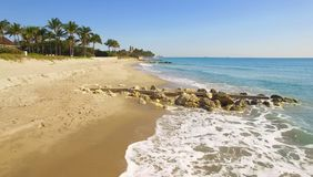 Volant au-dessus du Palm Beach, de l'endroit de luxe pour vivre et des vacances images stock