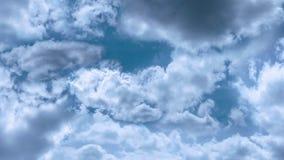 Volant dans les nuages par temps calme et normal illustration de vecteur
