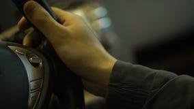 Volant de bouton d'eco de pressing de conducteur de voiture électrique, protection de l'environnement banque de vidéos